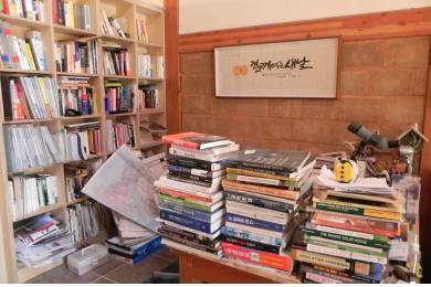 9 서재에 쌓여 있는 책과 잡지들.jpg